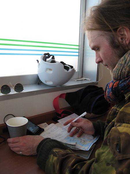 Alex Wireen dricker kaffe och läser kartan i Tokyo