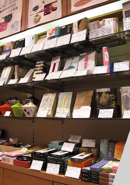 Vardagsrökelser på hyllan i Kohgen Ginza