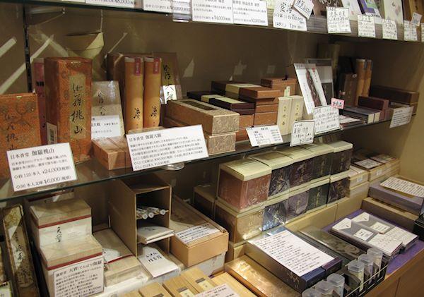 Traditionella rökelser i lågmälda förpackningar hos Kohgen Ginza