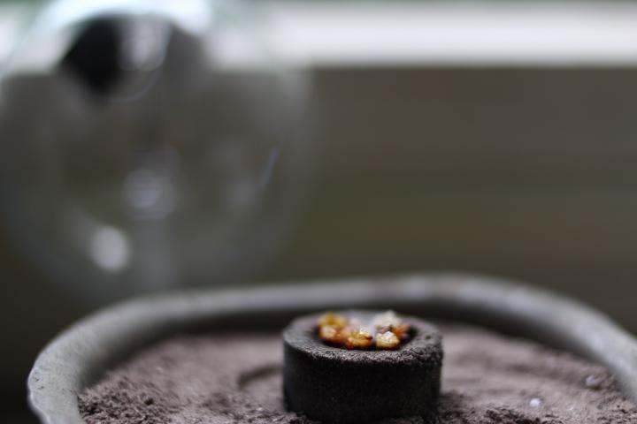 Rökelseharts på kolbrikett