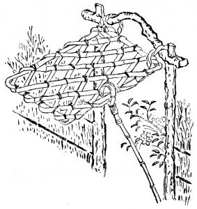 En flätad port som lyfts upp när man ska gå igenom den