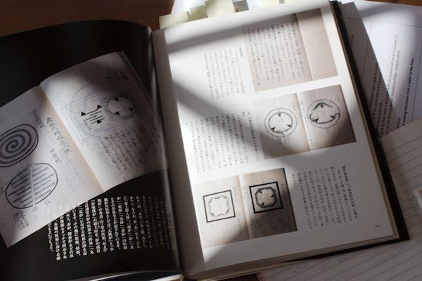 En uppslagen bok om användning av aska i teceremonin