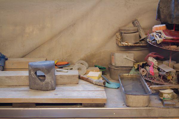 En diabasskulptur under arbete på en bänk i Koyamas ateljé i Broby